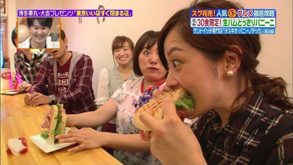 パニーニを食べる水 卜 麻美